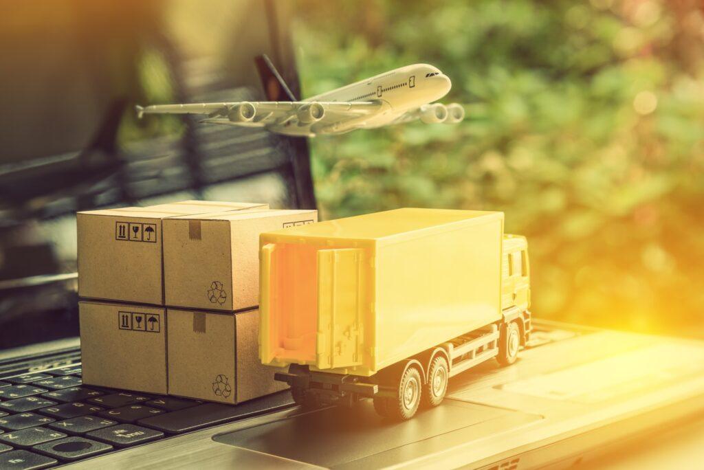 Un camion, des cartons et un avion sur un ordinateur