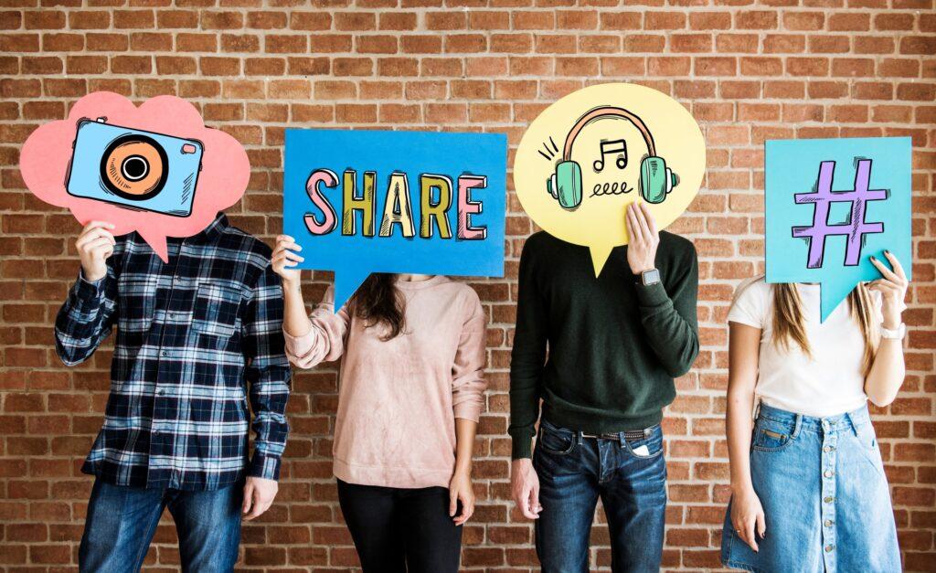 groupe de personnes qui partagent sur les réseaux sociaux photos vidéos, hashtags...