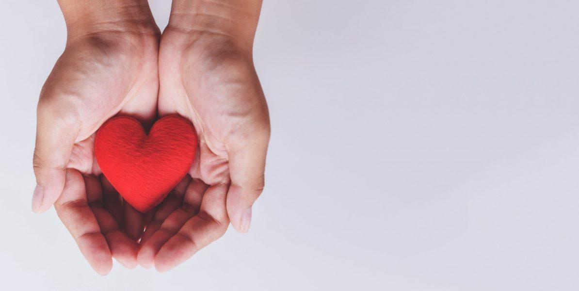 mains qui tiennent un coeur symbolisant l'autheniticité