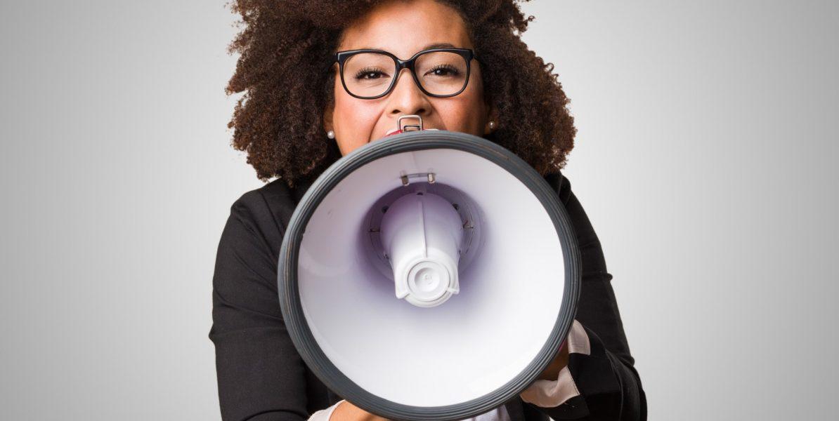 femme criant dans un mégaphone pour communiquer