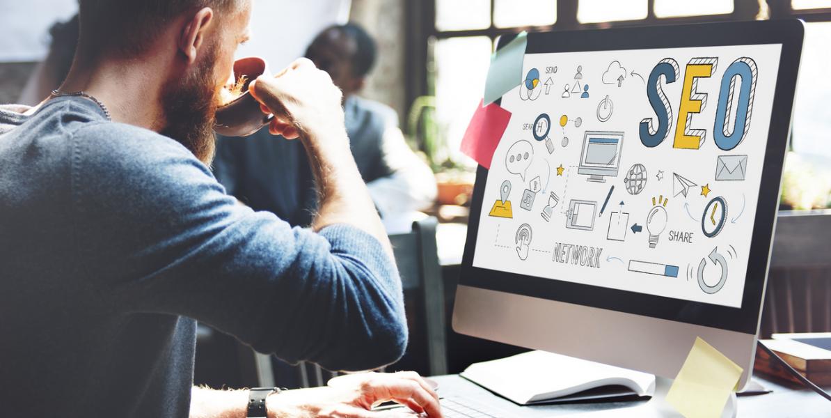 Marketing / Communication : salarié devant son ordinateur professionnel avec visuel SEO référecement